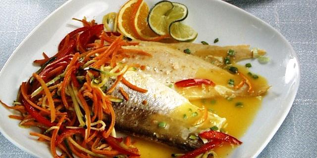 Bijela riba s umakom od naranče i povrćem