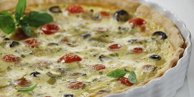 Tart s rajčicama, crnim maslinama i mozzarellom
