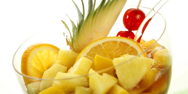 Sangria s ananasom i breskvom