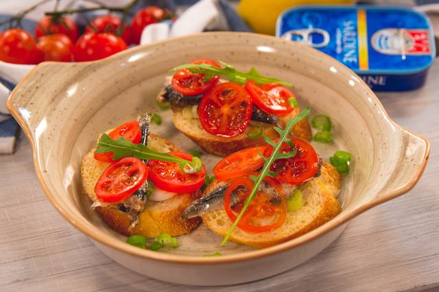 Bruskete sa sardinama, mladim lukom i cherry rajčicama