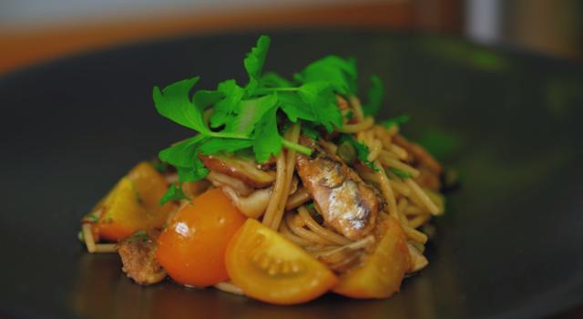 Špageti sa sardinama i šampinjonima