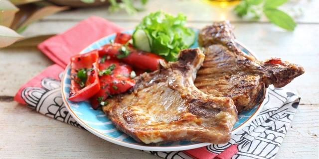Teletina s roštilja s pečenom crvenom paprikom