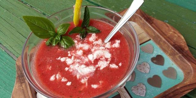Hladna juha od lubenice s feta sirom