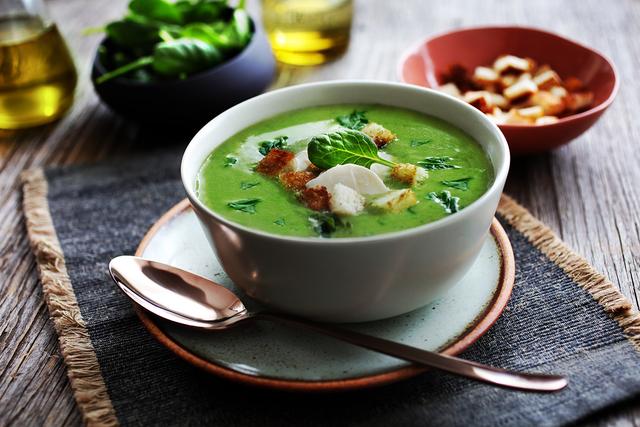 Krem juha od špinata s krutonima i mozzarellom
