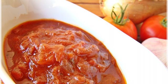 Pikantni slatko-kiseli umak od luka s rajčicom