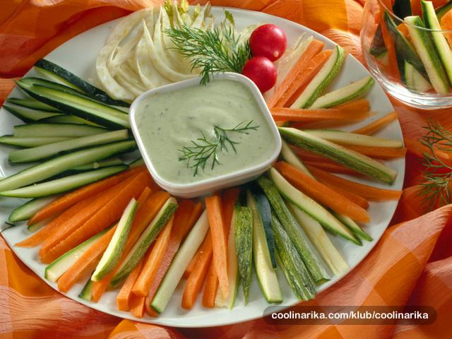 Svježe povrće s umakom od kopra
