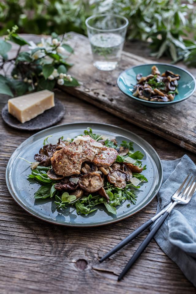 Teleći kotleti na salati od rikule i gljiva