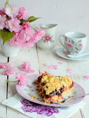 Mrvičasti kolač s pudingom i šljivama