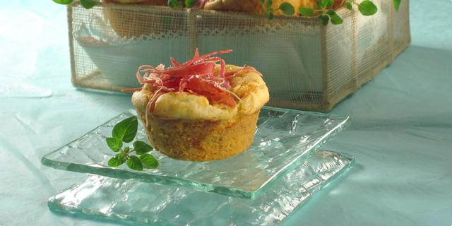 Pikantni muffini s pršutom i sirom