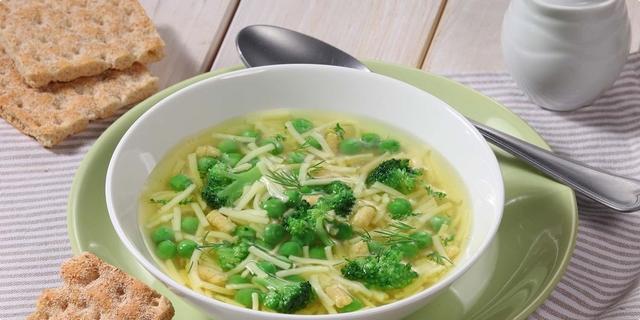 Kokošja juha s brokulom i koprom