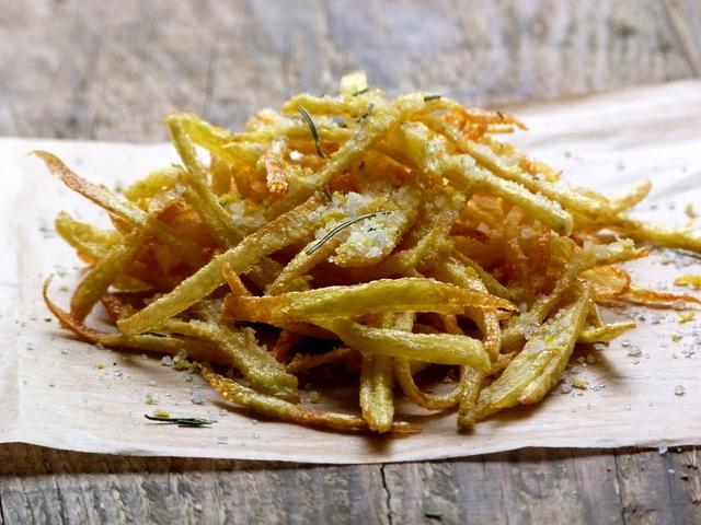 Prženi krumpirići sa soli - Paolla limunom i ružmarinom