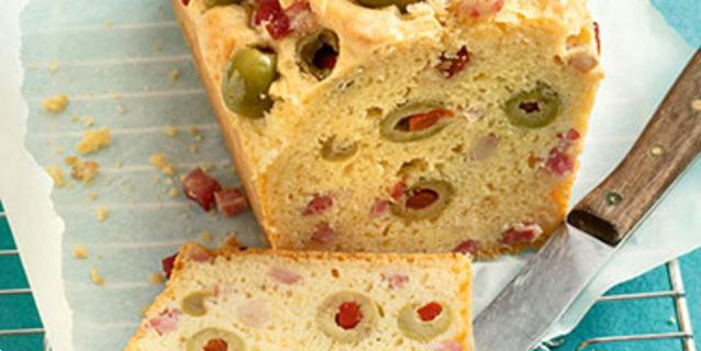Pikantni kolač s maslina, pancetom i šunkom