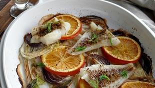 Pečena riba sa komoračem, lukom i pomorandžom