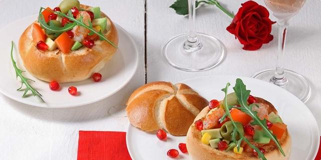 Salata s repovima škampa u zdjelici od peciva