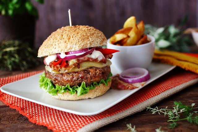 Slasni burger sa slaninom i sirom