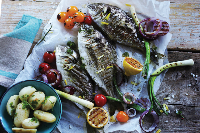 Riba na roštilju s rajčicom i lukom