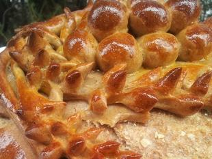 Zdrav kruh dekorisan za poklon slavlje