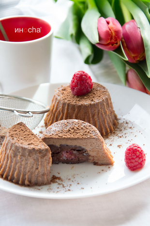 Cvetni pozdrav & Čokoladni puding sa tamnom čokoladom i malinama