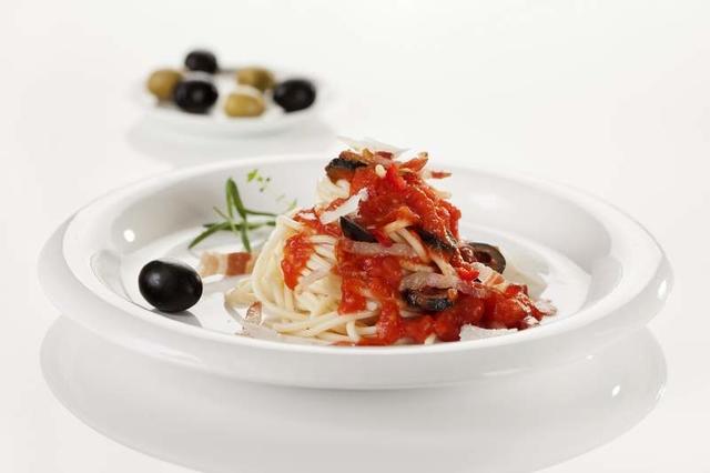Špageti s umakom od rajčica i crnim maslinama
