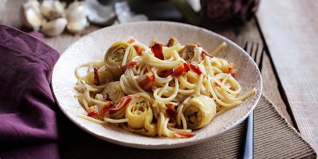 Špageti s artičokama i čipsom od pancete