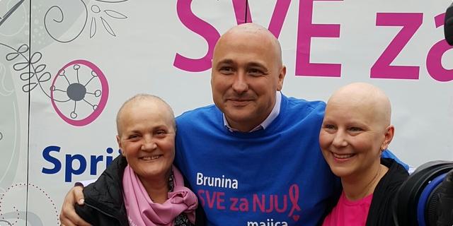 Bruno Šimleša obrijao glavu u znak podrške oboljelima od raka dojke