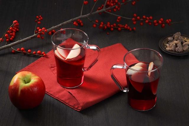 Mirisno kuhano vino s jabukom