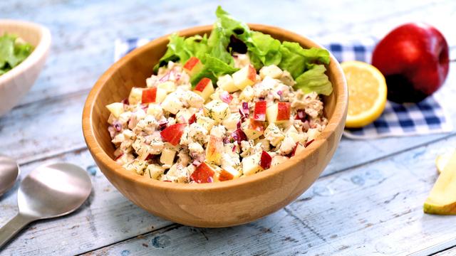 Salata od piletine i jabuka s koprom