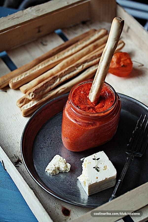 Dip od pečenih paprika i feta sira