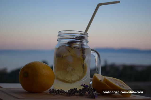 ღOsvježavajuća voda s limunom i lavandom