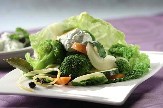 Pareno povrće sa sirom od peršina i češnjaka