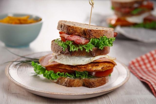 Klupski sendvič s hrskavom slaninom i prženom piletinom