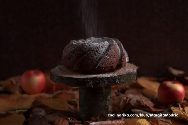 Starinski kuglof od jabuka i rogača