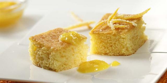 Argentinski kolač od kukuruznog brašna s umakom od naranče