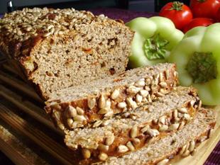 Kruh od raženog i pirovog brašna sa sušenom rajčicom i prženim lukom