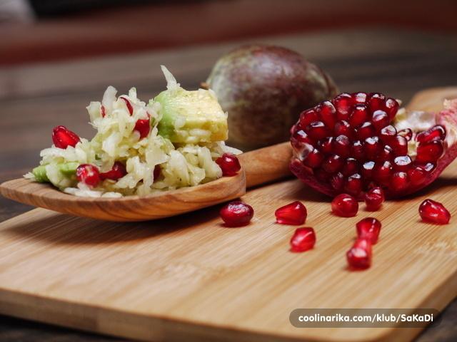Kupus salata sa avokadom i narom od olili