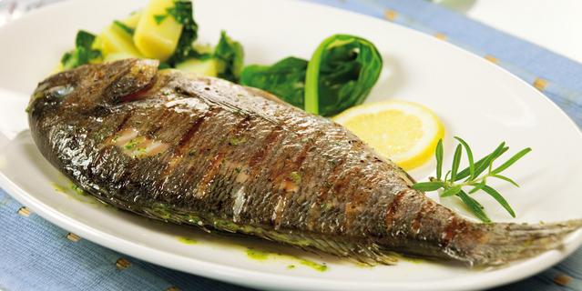 Riba sa blitvom i krompirima u tanjiru