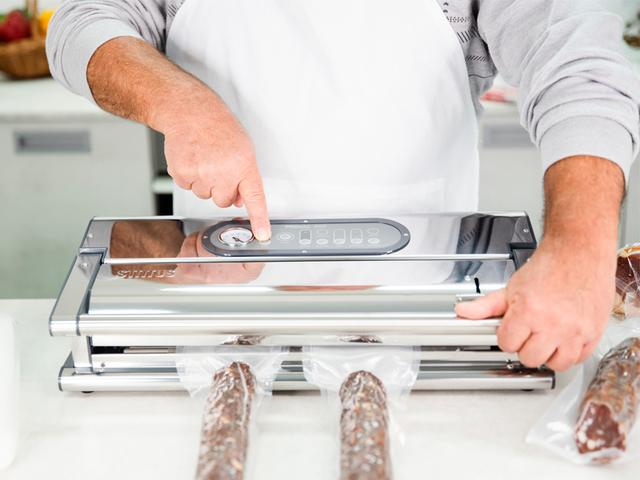 Vakuumiranjem suhih salama spriječite daljnje sušenje i zorenje pa pohranjivanje u zamrzivaču nije potrebno. I nakon godinu dana u vakuumu salama je okusna kao na dan pohranjivanja