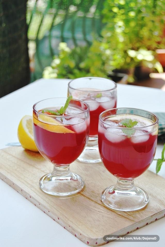 Limunada s jagodama i čajem od hibiskusa